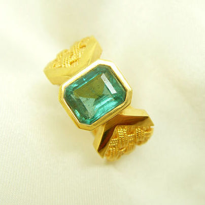 18K  gold ring with 1.416 ct of emerald
