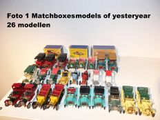 Matchbox-Lesney - Scale 1/43-1/48 - Lot with 26 models: 26 x Models of Yesteryear series 2 incl. display case