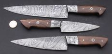 Set of three robust handcrafted Damask knives with case - 1 long chef's knife, 1 medium long chef's knife, 1 shorter chef's knife - Handle made from Beechwood - 200 + layers of damask steel