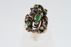 Ring in 18 kt white and yellow gold with emerald and diamond scrollwork - size 14/15