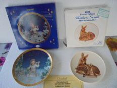 2 Christmas plates, collectors' plates Goebel. Partly hand-painted with a 24 carat gold rim between 1977 and 2000.