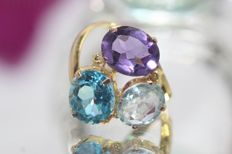 18 kt gold ring set with precious stones size 52.