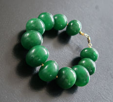 Bracelet in polished emeralds with 14 kt hallmarked clasp – 20.5 cm – 385 ct