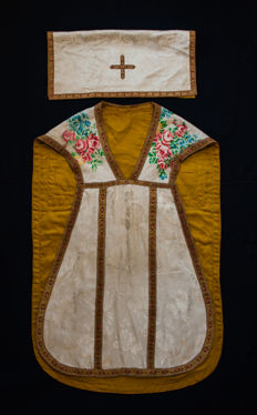 Catholic fiddleback chasuble (Damask, brocade, silk, gold thread) - Hungary - first half of 20th century