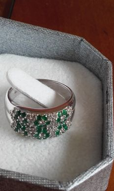 18 kt gold ring set with diamonds and emeralds (1.10 ct in total)