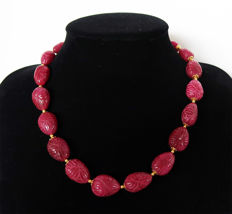 Necklace of large engraved rubies with 14 kt gold clasp – 540 ct – 50.8 cm