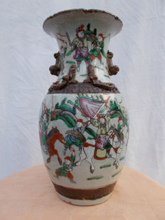 A porcelain Nanking vase with scenery of warriors - China - Ca 1900