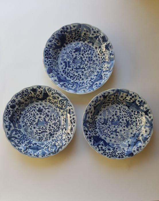 Three blue and white dishes with crab & bass decoration - China - Kangxi period (1661–1722)