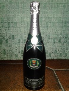 1977 Moet & Chandon The Queen  silver jubilee Elizabeth II - 1 bottle  (cl. 77)
