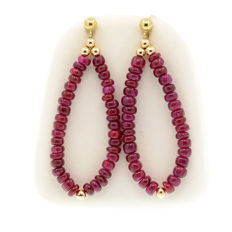18k/750 yellow gold earrings with rubies - Length, 50 mm.