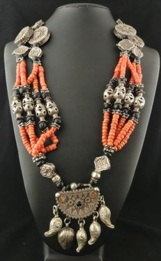 Antique necklace, long, in coral with spinel gemstones and antique silver elements - Afghanistan, first half of the 20th century
