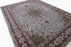 Fine Tabriz Tabriz Sheik Safi Persian carpet hand-knotted 50 Raj very high-quality in top condition 4.08 x 3.00 with signature