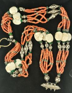 Antique long necklace in coral with old elements in silver and shell - Afghanistan, first half of the 20th Century