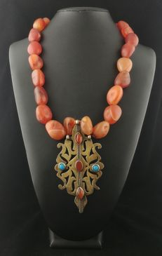 Necklace in carnelian with central antique element in gilted silver and turquoise - Turkmen tribe, early 20th century