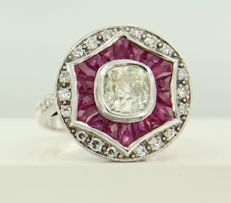 White gold 14 kt ring in Art Deco style centrally set with a 1.30 ct Bolshevik cut diamond and ruby, plus 26 single cut diamonds - ring size 17.25 (54)