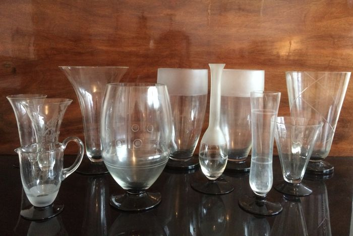A.D. Copier / Leerdam - lot of 11 optic cut and half-satin glass vases on black base