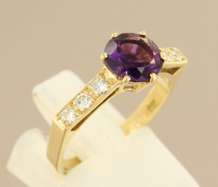 18 kt yellow gold ring with central 1.20 ct amethyst and 6 brilliant cut diamonds, 0.36 ct, ring size 17.75 (56)