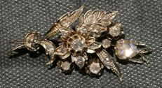 Yellow-gold floral brooch in Victorian style, with 18 rose-cut diamonds