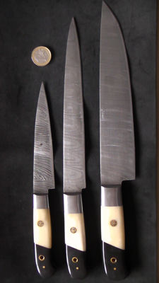 Set of three handcrafted Damask knives - 2 long chef's knives (37 cm), 1 short chef's knife - handle made from horn and camel bone
