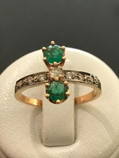 Ring 'you and me' in gold with diamonds and emeralds totaling .77 ct.