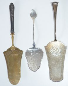 Three silver cake-and/or pie server, Dutch work