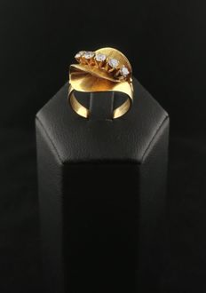 Ring from the 1940s in 14 kt gold with diamonds totalling about 0.40 ct