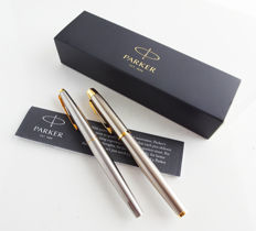 Parker: 2 luxurious brushed steel fountain pens with gold plated parts in chic luxury giftbox