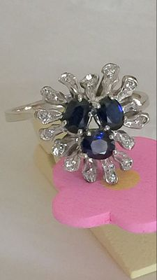 Heart/flower-shaped ring - 18 kt white gold, 0.60 ct natural sapphires and 0.15 ct diamonds (H colour/VS clarity)