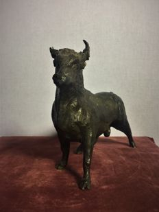 Bull sculpture in solid sandblasted bronze - Spain - Mid 20th century.
