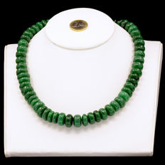 18kt/750 yellow gold necklace with green Jade – Length 54 cm.