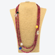 18kt/750 yellow gold  necklace with rubies and assorted gemstones – Length 145 cm.