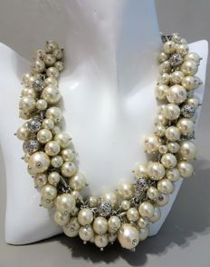 Isac Mizrahi – Designer faux pearl cluster necklace with Austrian crystals