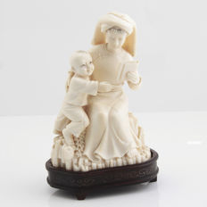 Ivory figure depicting a teacher and a boy - China - Chinese Republic 1912 -1949