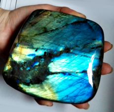 Large Labradorite - High Quality with Spectacular flash and colours - 10.2 x 11 x 11.2 cm - 1112 g
