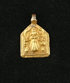Antique pendant in 22 kt gold with Durga - India, early 20th century