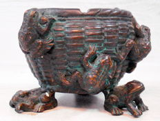 Bronze ashtray with frogs