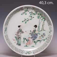 Large Famille verte porcelain platter with grooved edge – beautiful decor of men and young children – China – 19th century (marked: Kangxi)