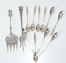 Silver cake fork/fork and 10 silver teaspoons, Dutch work, 19928/1929