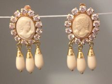 18 kt gold earrings with cameo
