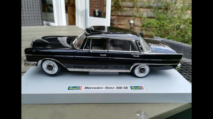 Revell - Scale 1/18 - Mercedes-Benz 300 SE - colour black