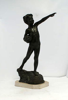 Large bronze sculpture 56 cm - Boy with jug on a rock - 20th century