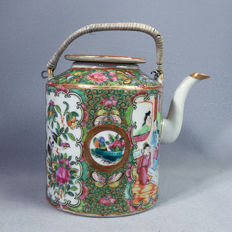 Canton porcelain tea pot with court scenes - China - ca. 1910-1920