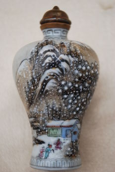 A grisaille 'Snowy landscape' Snuff Bottle of porcelain - China - late 20th century