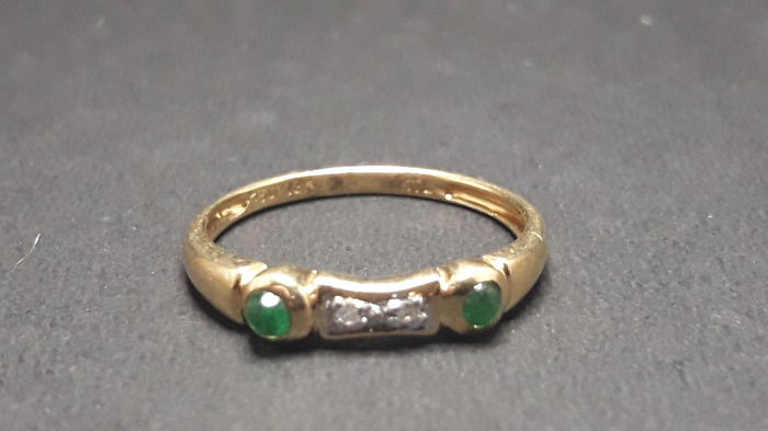 Gold ring 18 kt with emeralds and diamonds