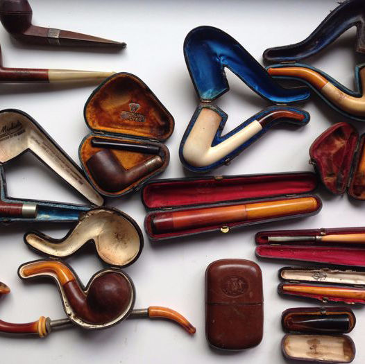 Lot with various smoking pipes and accessories