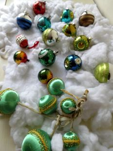 Beautiful old coloured Christmas baubles 20 pieces including 6 fine green satin threaded ones hanging on ribbons
