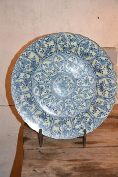 Very fine quality large plate with lotus symbols - China - late 17th century(kangxi period)