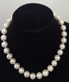 18 kt/570 gold - Necklace with freshwater cultured round pearls, XL size (14 to 11 mm) - Length: 46 cm