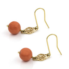 18 kt (750/000) yellow gold - Earrings with Coral of 7.90 mm (approx.) - Length: 33.85 mm (approx.).