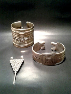 Lot of 3 pieces: a KhalKhal, Ethiopian earspoon and a Afghan bracelet total weight 255,1 gram
